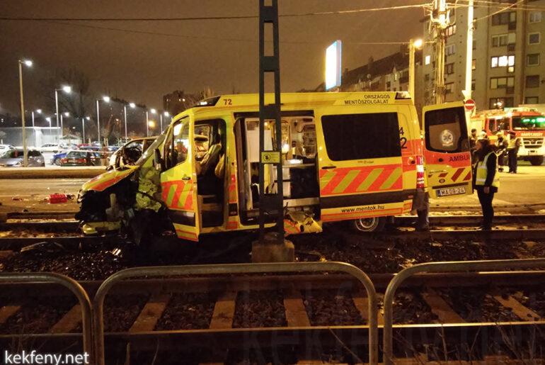 Villamos sínre került az ütközéstől egy mentőautó